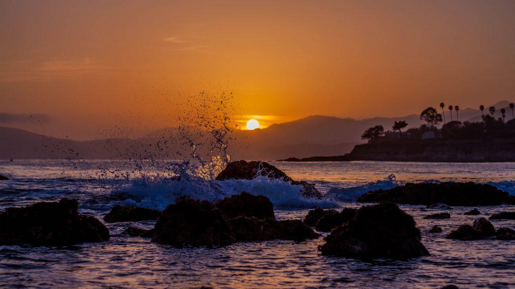 Zee, rotsen en golven